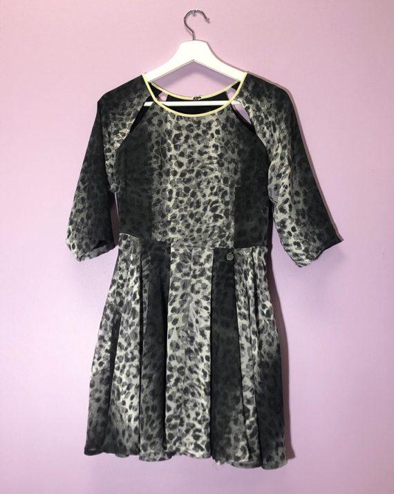 Kort-mønstrete-kjole-framme