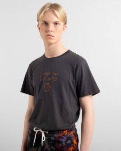 """Mørkegrå t-skjorte med """"Support your local planet"""" - 100 % økologisk bomull » Etiske & økologiske klær » Grønt Skift"""